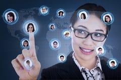 Affärskvinnan förbinder till det digitala nätverket Arkivbilder