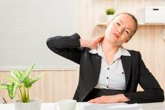 Affärskvinnan frustrerade hennes sjuka hals Arkivfoton