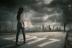 Affärskvinnan går på gatan med orkan Royaltyfri Foto