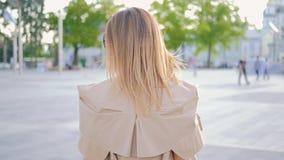 Affärskvinnan går stilfull kvinnlig tillbaka sikt för stad