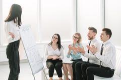 Affärskvinnan gör en presentation för hennes affärspartners royaltyfri bild