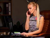 Affärskvinnan gör karriär som in kallar på telefonen Royaltyfri Fotografi