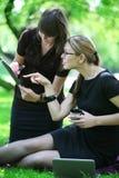affärskvinnan ger anvisningssekreterare till Arkivfoto