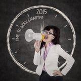 Affärskvinnan ger beställning till mer smart arbete Royaltyfri Foto