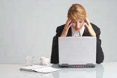 affärskvinnan har den belastade huvudvärkbärbar dator arkivfoto