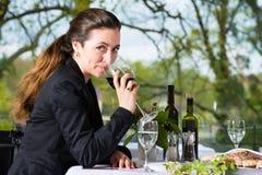 Affärskvinnan har en lunch i restaurang Royaltyfri Bild