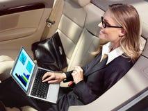 Affärskvinnan har en ventilator med bärbar dator Arkivbilder
