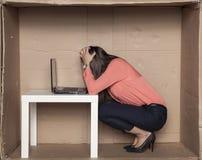 Affärskvinnan har kollapsat, konkurs hänger i luften Royaltyfri Fotografi