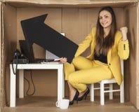 Affärskvinnan hoppar för glädje med det högra valet Arkivbilder
