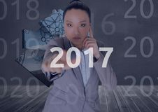 Affärskvinnan i 3D frambragte digitalt bakgrund som trycker på 2017 Royaltyfria Foton