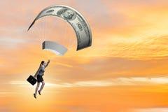 Affärskvinnan i guld- hoppa fallskärm begrepp Royaltyfri Bild