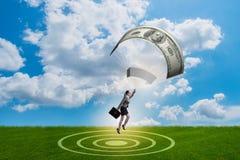 Affärskvinnan i guld- hoppa fallskärm begrepp Arkivfoto