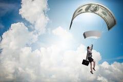 Affärskvinnan i guld- hoppa fallskärm begrepp Royaltyfri Foto