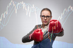 Affärskvinnan i konkurrensbegrepp med boxning Arkivfoto