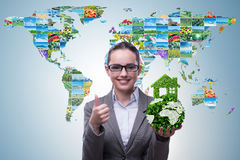 Affärskvinnan, i recyling av hållbar affärsidé Arkivfoto