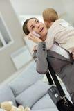 Affärskvinnan, i samtal sent på telefonen som rymmer henne, behandla som ett barn Royaltyfri Bild