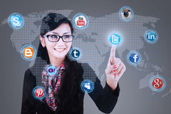 Affärskvinnan klickar på socialt massmedia Arkivbild