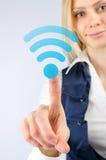 Affärskvinnan klickar på symbolsWina fi Arkivfoto