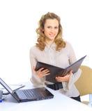 affärskvinnan kontrollerar rapporterna Arkivfoton
