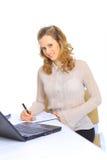 Affärskvinnan kontrollerar rapporterna Arkivbild