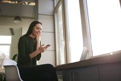 Affärskvinnan lyfter hennes expertis i en trendig privat högskola Royaltyfria Bilder