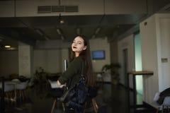 Affärskvinnan lyfter hennes expertis i en trendig privat högskola royaltyfri fotografi
