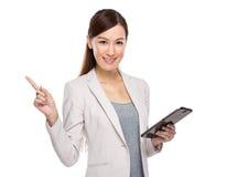 Affärskvinnan med den digitala minnestavlan och fingret pekar ut Royaltyfri Fotografi
