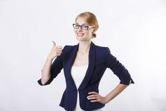 Affärskvinnan med exponeringsglas i omslagsvisning tummar upp Royaltyfri Bild