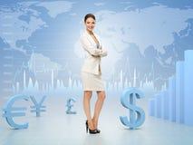 Affärskvinnan med händer korsade på bakgrund för valutautbyte Royaltyfria Foton
