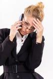 Affärskvinnan med mobil ringer arkivbild