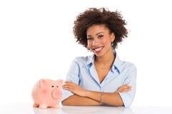 Lyckad affärskvinna med Piggybank Arkivbilder