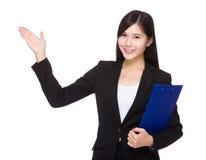 Affärskvinnan med skrivplattan och öppnar handen gömma i handflatan Arkivfoto