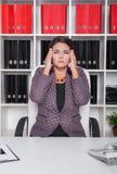 Affärskvinnan med smärtar i hennes huvud i regeringsställning arkivbilder