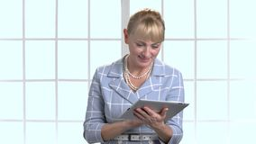 Affärskvinnan minns något och maskinskrivning på minnestavlan lager videofilmer