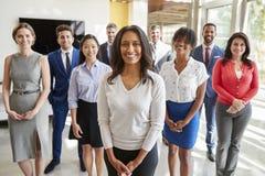Affärskvinnan och affären för blandat lopp team, grupperar ståenden royaltyfri foto
