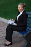 Affärskvinnan på gatan. Fotografering för Bildbyråer