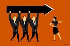 Affärskvinnan pekar riktningen, och affärsmän bär en pil Arkivfoto