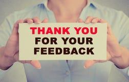 Affärskvinnan räcker det hållande kortet med tackar dig för ditt återkopplingsmeddelande Arkivbild