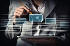 Affärskvinnan redigerar koden Arkivfoton