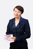 Affärskvinnan rymmer sedlar Arkivfoton