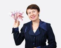 Affärskvinnan rymmer sedlar Fotografering för Bildbyråer