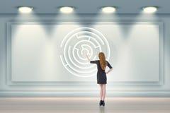 Affärskvinnan söker efter vägar att fly från labyrintlabyrint fotografering för bildbyråer