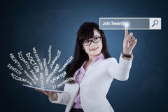 Affärskvinnan söker jobb på minnestavlan royaltyfria foton