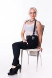 Affärskvinnan sitter på en stol Royaltyfri Foto