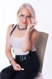 Affärskvinnan sitter på en stol Fotografering för Bildbyråer