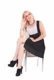Affärskvinnan sitter på en stol Arkivbilder