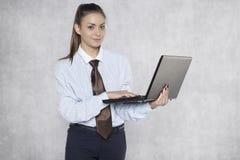Affärskvinnan skriver något på en bärbar dator Royaltyfri Foto