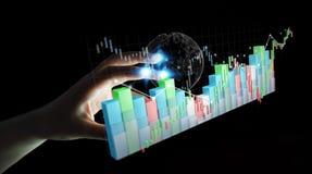 Affärskvinnan som använder digital 3D, framförde börsstatistik och stock illustrationer