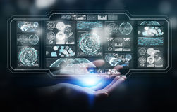 Affärskvinnan som använder digitala skärmar med hologramdata 3D, sliter Arkivbilder