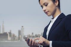 Affärskvinnan som använder mobil, ringer royaltyfri bild